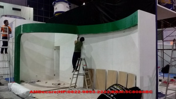 foto proses setting booth stand pameran ESDM