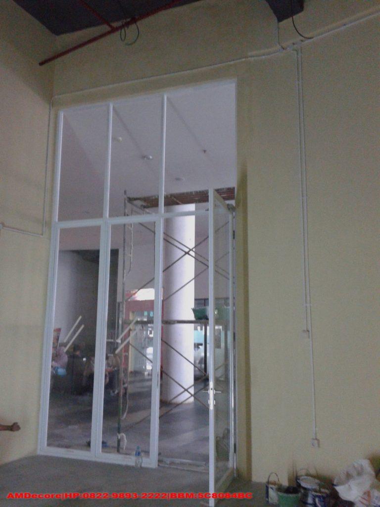 Gambar Tampak dari dalam cafetaria pintu terpasang