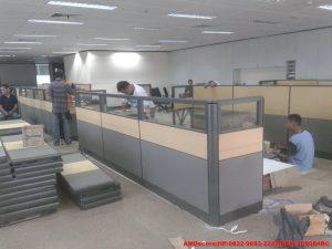 gambar pemasangan-meja-sekat-staff-renovasi-interior-kantor-trakindo