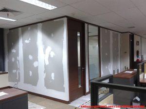 gambar pemasangan-sekat-ruangan-renovasi-interior-kantor-trakindo